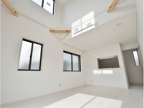 天井が高く開放的なLDK