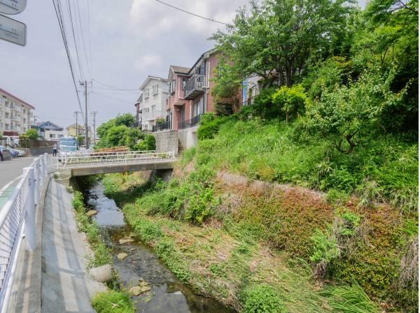 近くに川が流れる憩いの住環境