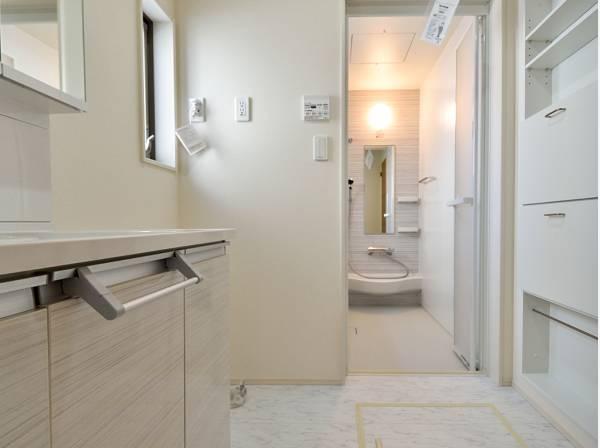 白で清潔感のある洗面室とバスルーム