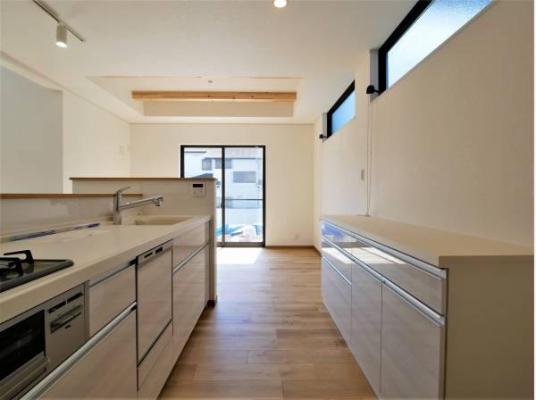 作業棚を完備し収納力に優れたキッチンスペース