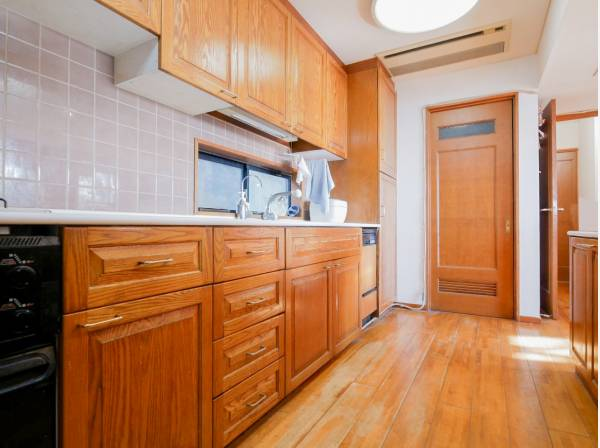 広く収納が豊富なキッチン