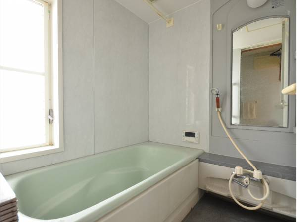 柔らかい色合いのバスルームで癒しの時間を