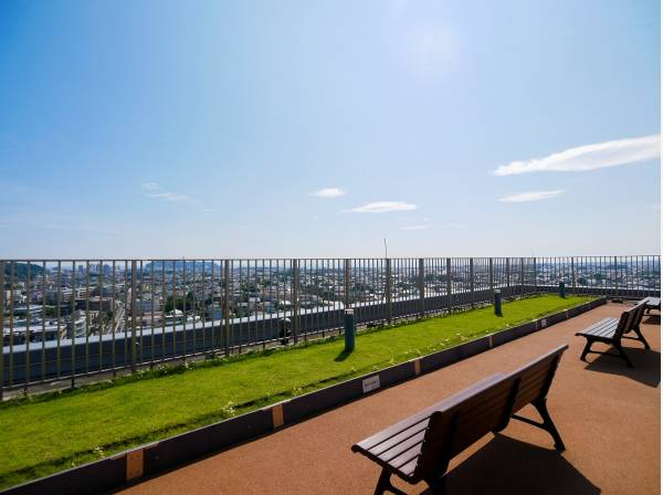 屋上スカイテラスからはより開放的な眺望を堪能できます