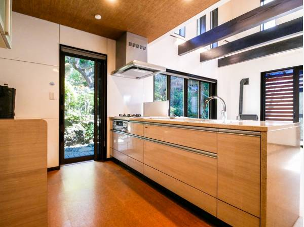 広々使えるキッチンはお庭の緑を眺めながら料理ができます
