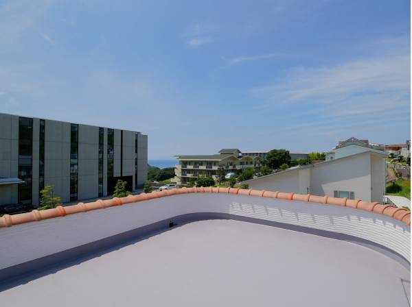 8.7帖の洋室と繋がるバルコニーからは海を遠望できます