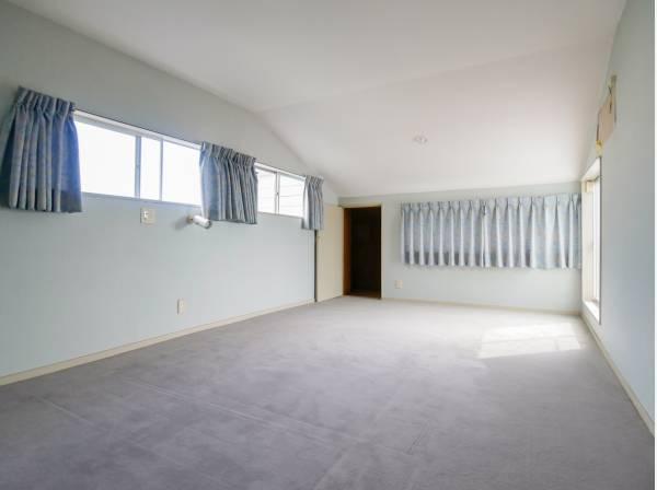 2箇所に収納スペースを完備した11帖の洋室