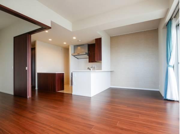 隣の居室を開放すると19帖超のスペースになるんですよ。