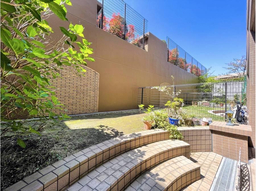陽当たりのいい専用庭はプライベートな憩いの空間